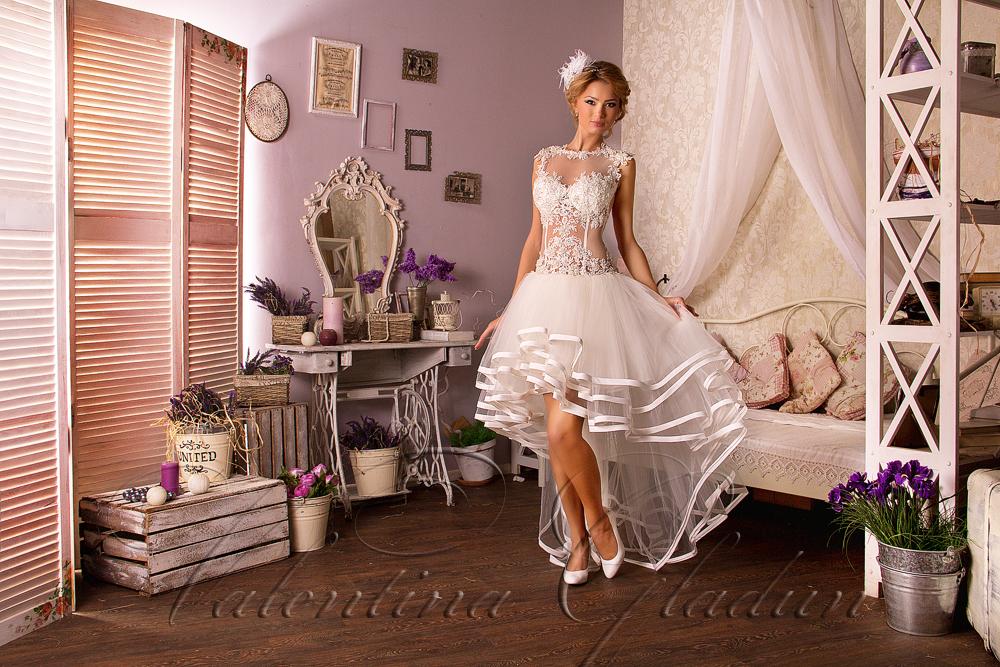 Свадебное платье короткое спереди длинное сзади