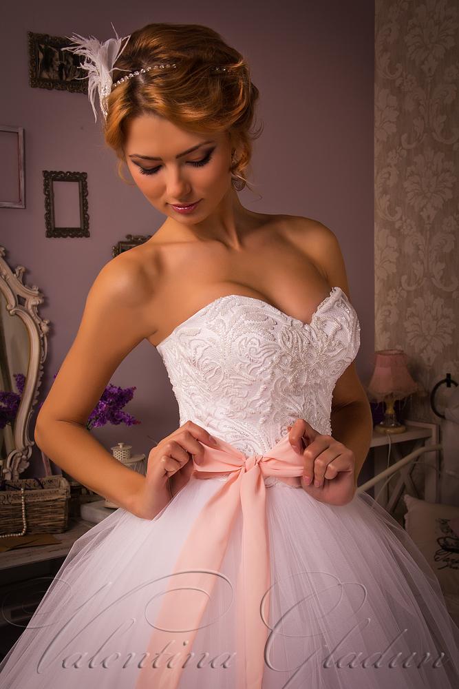 свадебные платья с бантом